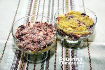 Викласти сардини в один шар поверх змащеної майонезом картоплі
