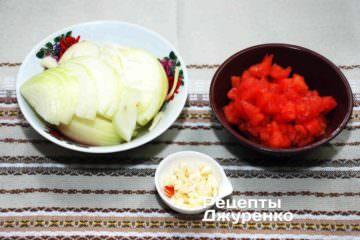 Нарізати цибулю, помідор і часник