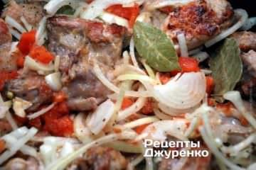 Додати до м'яса нарізану цибулю, часник і помідор