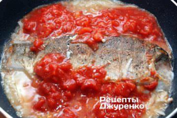 Рыбу перевернуть на сковородке