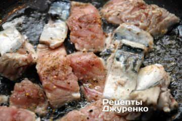 На сковорідку влити оливкове масло, розігріти його і обсмажити на ньому підготовлену скумбрію з двох сторін