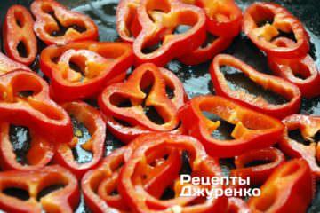 На сковорідці обсмажити до м'якості перець