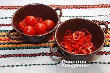 Керамічні форми злегка змастити олією і викласти в них обсмажений червоний перець. і цілі помідори «чері»