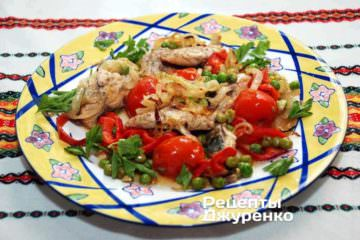 Готову рибу з овочами викласти на тарілку і прикрасити листочками петрушки