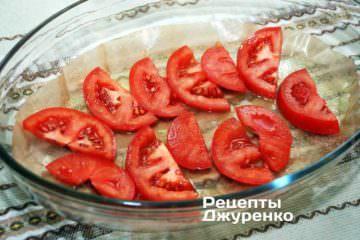 На дно форми улодіть пергамент, змащений маслом і скибочки помідорів