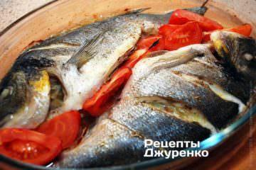 Поставити форму з рибою в розігріту до 200-210 градусів духовку. Запікати 30 хвилин