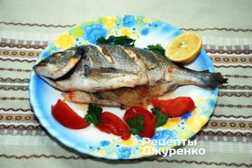 Готовую рыбу переложить на тарелку