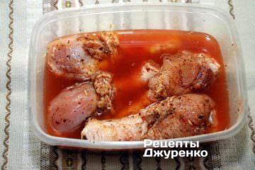 Залить маринадом куриное мясо и поставить контейнер в холодильник на 1 час