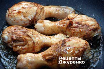 Курячі ніжки витягти з маринаду, обсушити серветками і викласти в розігріте масло на сковорідку