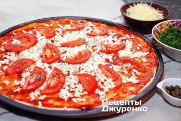 Разложить нарезанный помидор