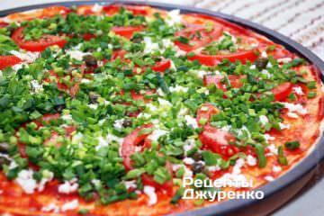 Равномерно «засыпать» всю поверхность пиццы нарезанным зеленым луком