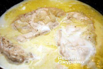 Залить кокосовым молоком филе и лук
