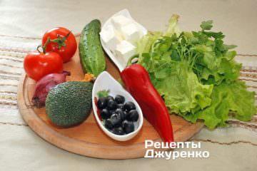 Овощи, зелень, авокадо, черные оливки, фета и оливковое масло