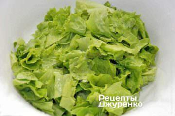 Салатные листья лучше нарвать листья на клочки руками