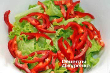 Красный сладкий перец очистить от семян и плодоножки, нарезать поперек на очень тонкую соломку
