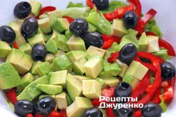 Добавить авокадо и целые черные оливки без косточек
