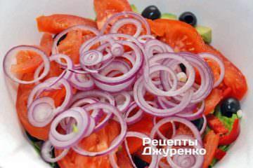 Красный (фиолетовый) лук очистить и нарезать тонкими колечками