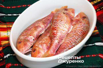 Обсыпать рыбок смесью специй