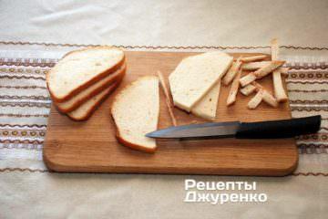 Острым ножом срезать корочку — она лишняя