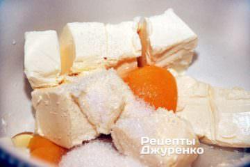 Смешать масло, ванилин и сахар затем добавить яйца