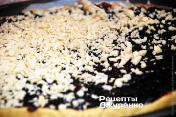 Натереть тесто, и посыпать им варенье равномерным слоем