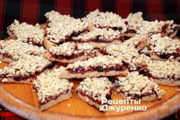 Это печенье из песочного теста - тертый пирог со смородиновым вареньем