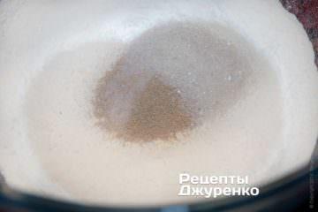 Додати в борошно сіль, цукор і дріжджі