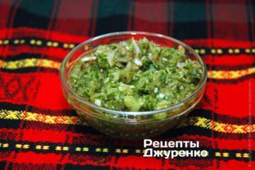 Измельчить лук, чеснок, зелень