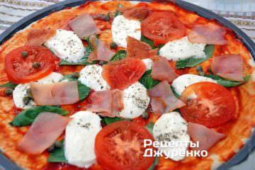 Розкласти нарізане куряче філе і чорні оливки без кісточок - цілі або половинками
