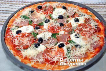 Посыпать всю пиццу натертым на мелкую терку пармезаном