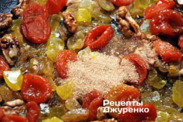 Додати 1-2 ч.л. коричневого цукру, дрібку шафрану, а також за смаком ваніль і корицю