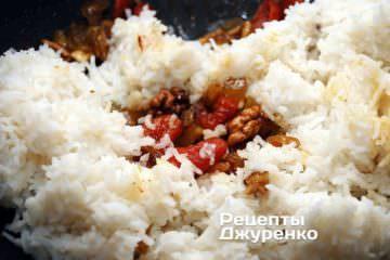Добавить отваренный рис. Тщательно перемешать