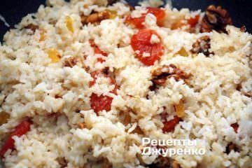 Накрыть сотейник с рисом крышкой и оставить на слабом огне