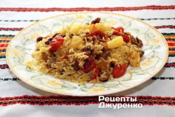 Готовий рис з сухофруктами розкласти на тарілки