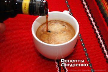 смешать кофе и ликер