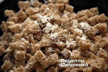Солить небольшими порциями мелкой соли «экстра» и добавлять 1-2 щепотки сушеного чеснока