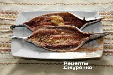 Змастити нутрощі сайри кедрово-часниковою пастою