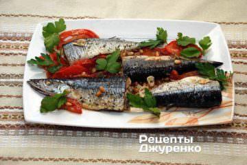 Готову рибу викласти на тарілку і прикрасити зеленими листками петрушки