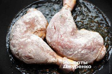 Викласти підготовлені ніжки в розігріте масло