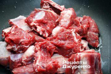 Выложить куски мяса в сотейник и обжаривать на среднем огне в течение 10 минут