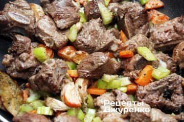 Тушкувати м'ясо на маленькому вогні протягом години
