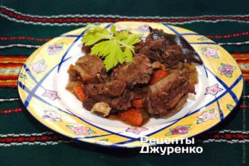 Готовое мясо выложить на тарелку