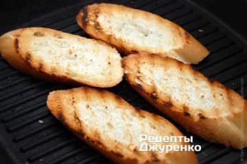 Поджарить куски белого хлеба или багета