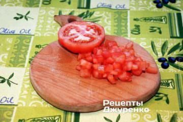 Мякоть помидоры нарезать некрупными кубиками