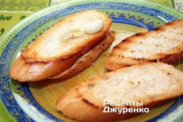 Очистить зубчик чеснока и натереть им куски обжаренного хлеба