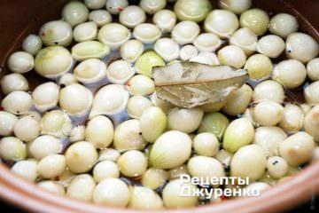 Лук бросить в кипящий маринад и варить при слабом кипении 7-8 минут