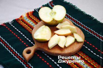 Яблоко нарезать на крупные кусочки