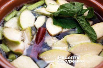 Бросить в кипящую воду нарезанный ревень и яблоко. Добавить веточку свежей мяты и сахар по вкусу