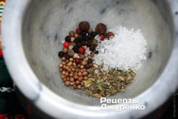 У ступці змішати рівними частинами сіль, горошини різнобарвного перцю, сухі ароматні трави, коріандр