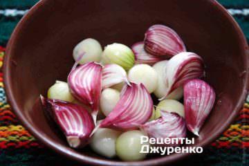 Цибулю і часник змішати з 1 ч.л. оливкової олії і перемішати